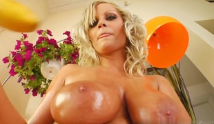 Now that`s what I`m talkin about. A massive set of natural DDD shakin around non stop.